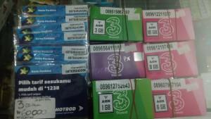 ネット用のSIMカードは携帯屋さんでこんな感じで売っています。